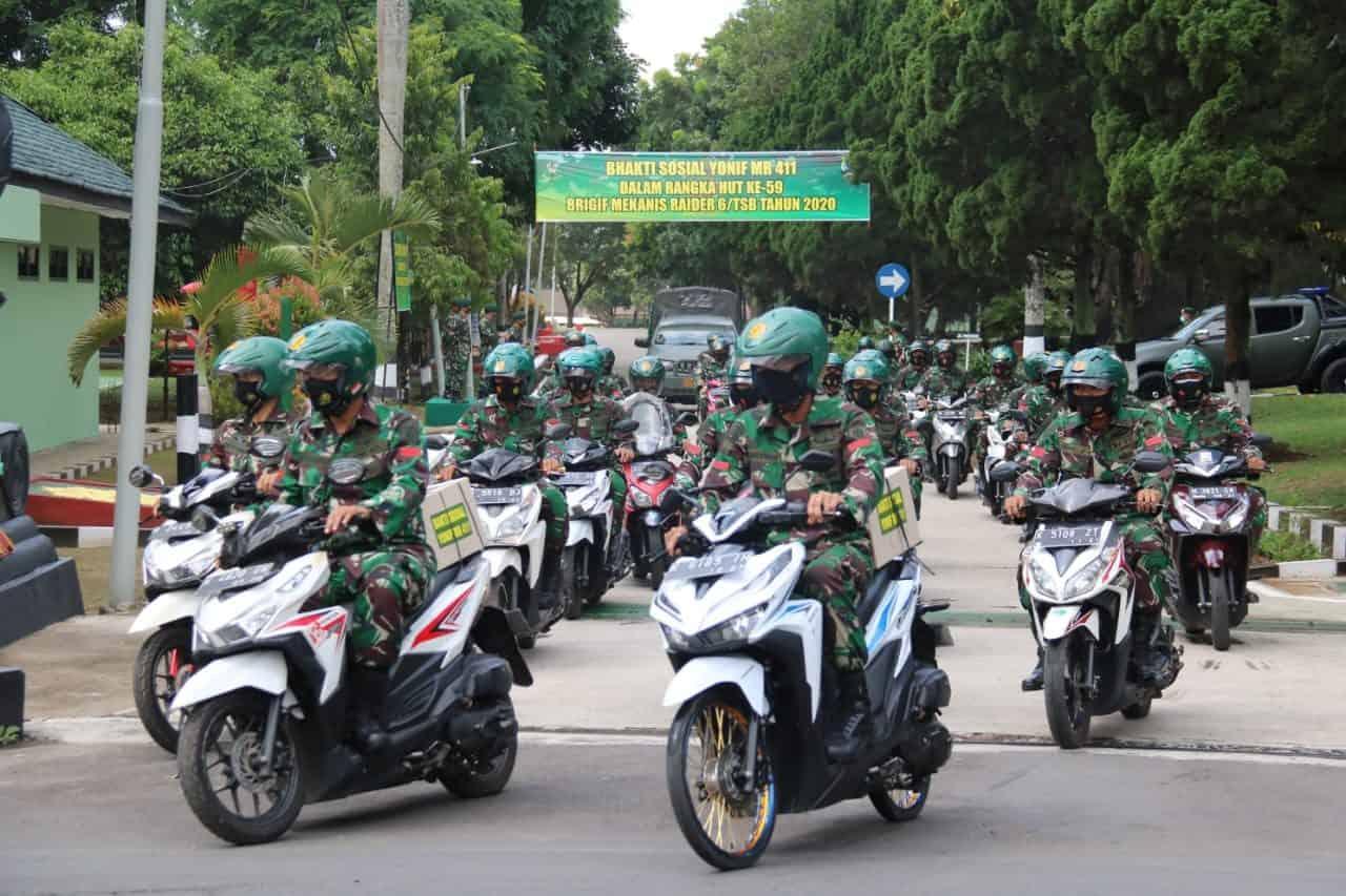 Puluhan Prajurit Yonif MR 411 Pandawa Konvoi Naik Motor Bagikan Sembako