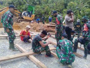 Satgas Yonif 407 Bersama Warga Perbatasan Gotong Royong Membuat Gorong-Gorong Air