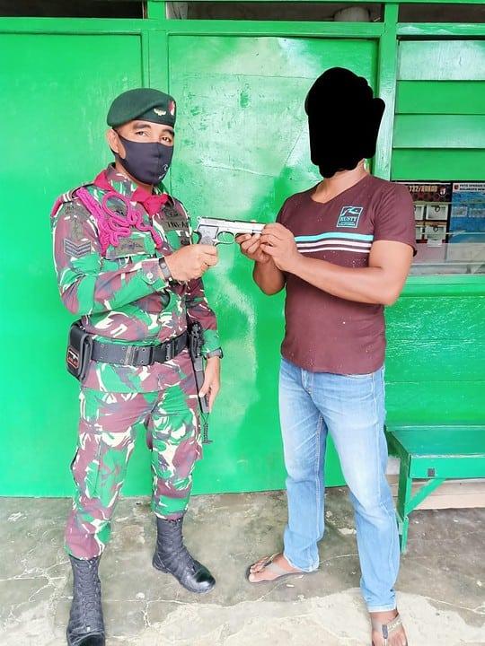 Sukarela, Warga Maluku Kembali Serahkan Senpi ke Satgas Yonif RK 732/Banau