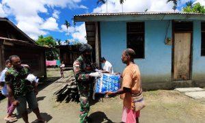Cegah Malaria, Satgas Yonif R 100 Bagikan Kelambu Anti Nyamuk di Kampung Banda