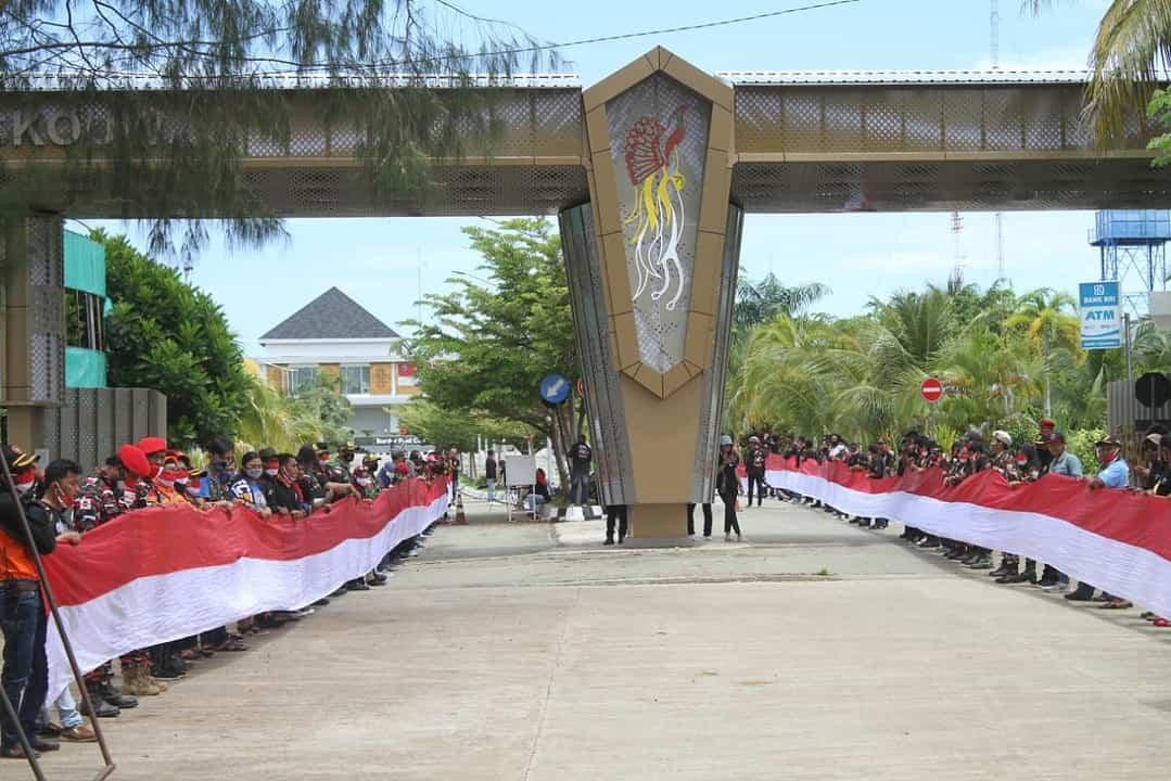 Bersama Laskar Merah Putih, Satgas Yonif MR 413 Kostrad Meriahkan Hari Sumpah Pemuda