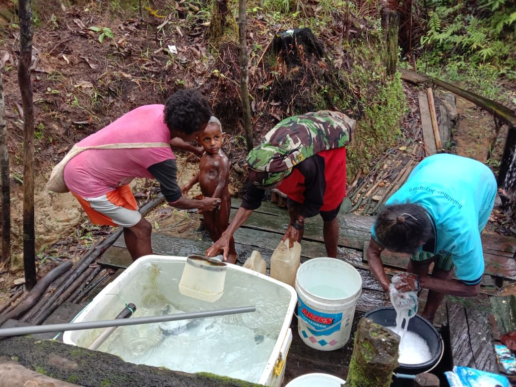 Atasi Kebutuhan Air Bersih Warga Tetop, Satgas Yonif 516/CY Bangun Bak Penampungan
