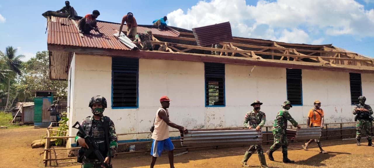 Satgas Yonif 125 Kerja Bakti Bersama Warga Ganti Atap Gereja di Tomerau