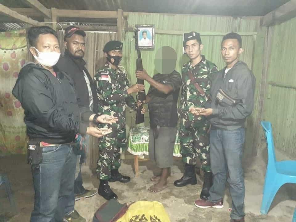 Mantan Milisi Serahkan 1 Pucuk Senjata Api Organik Kepada Satgas Yonif Rk 744/Syb