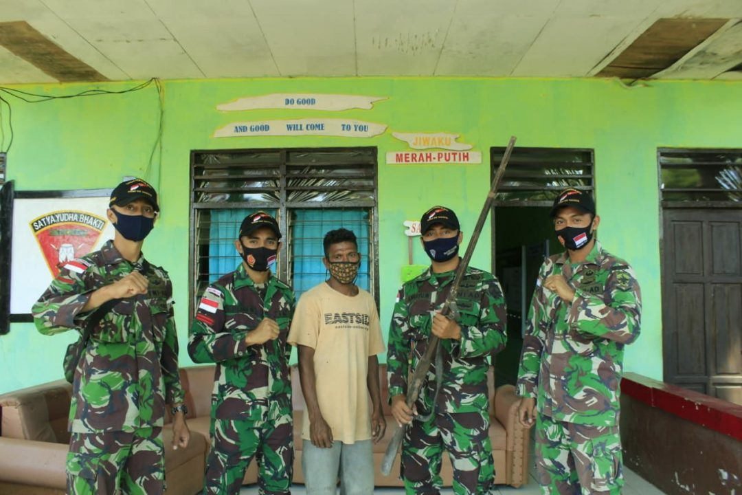 Satgas Pamtas RI-RDTL Yonif RK 744/SYB Kembali Terima Senjata Dari Warga Perbatasan