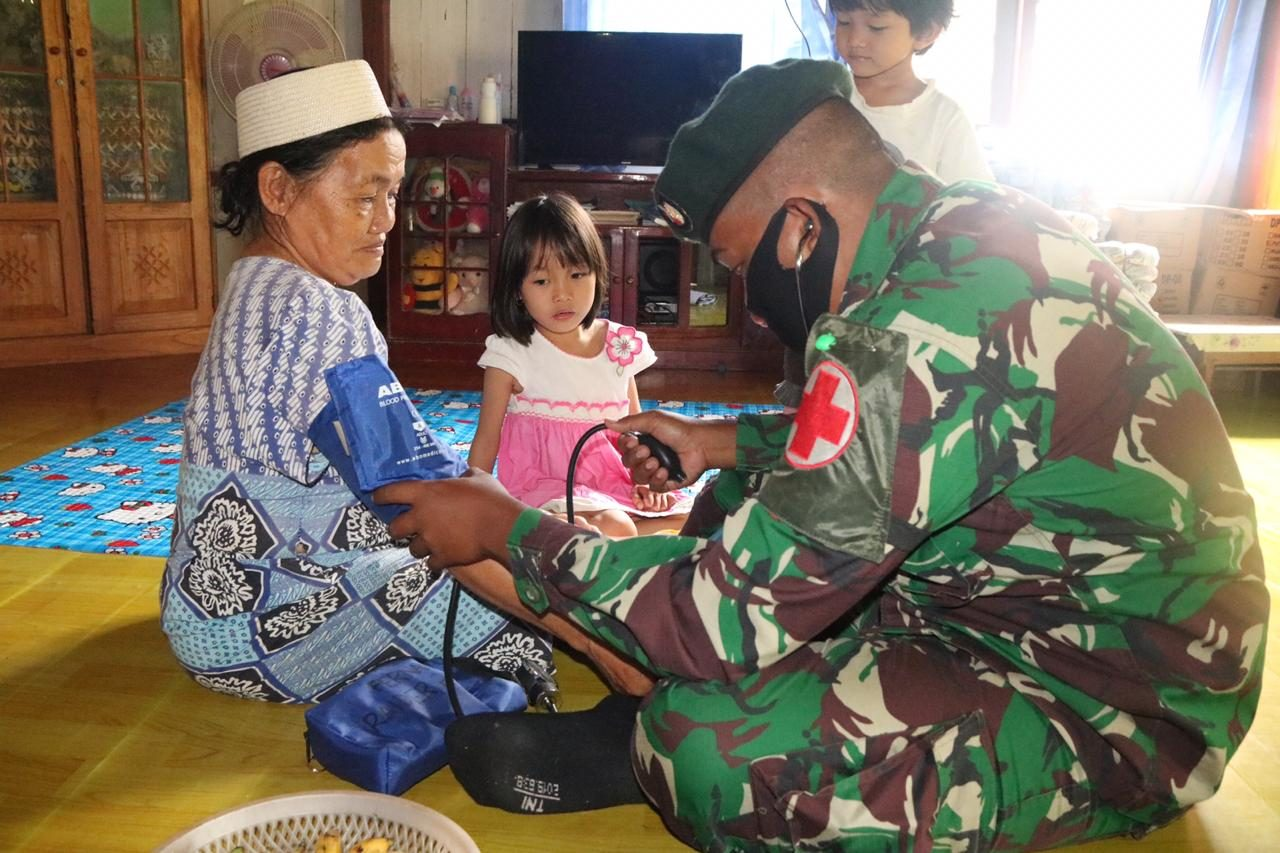 Peduli Kesehatan Warga Perbatasan, Satgas Pamtas Yonif R 200/BN Gelar Pengobatan Keliling