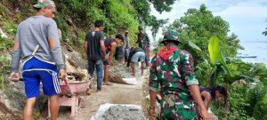 Bersama Masyarakat, Satgas Yonif RK 732 Gotong-Royong Perlebar Jalan Kampung
