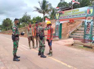 atgas Yonif Mekanis 516/CY, Bagikan Masker Kepada Pekerja Perkebunan di Perbatasan