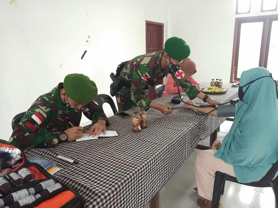 Lewati Perkebunan Sawit Yang Berlumpur, Dokter Satgas Pamtas Yonif 623/BWU Obati Warga Perbatasan RI-Malaysia