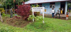 Peduli Fasilitas Pendidikan, Satgas Yonif 125 Bersihkan PAUD Kasih Ibu