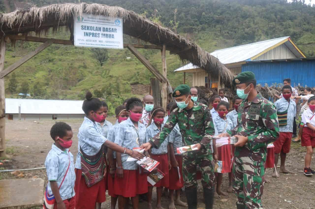 Sayang Anak Papua, Satgas Yonif R 323/BP Bagikan Buku Kepada SD Inpres Mbua