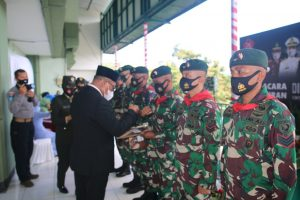 Gubernur Maluku Berikan Penghargaan Kepada Satgas Yonif RK 732/Banau