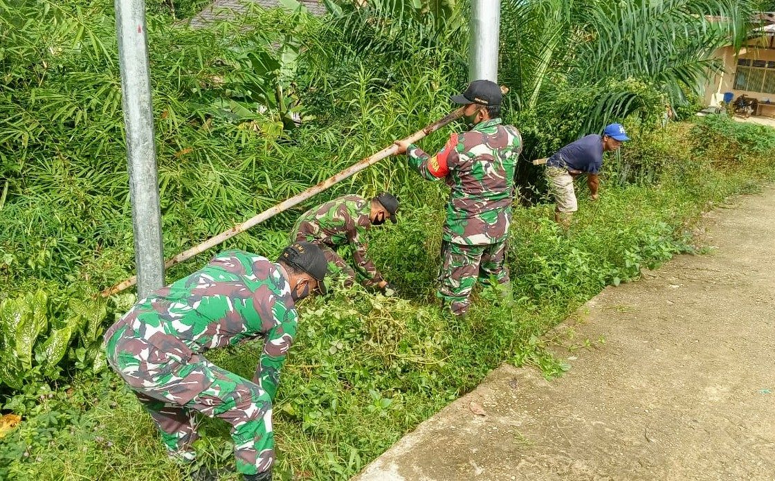 Satgas Yonif 407 Bersama Warga Sungai Pisau Kerja Bakti Bersihkan Lingkungan