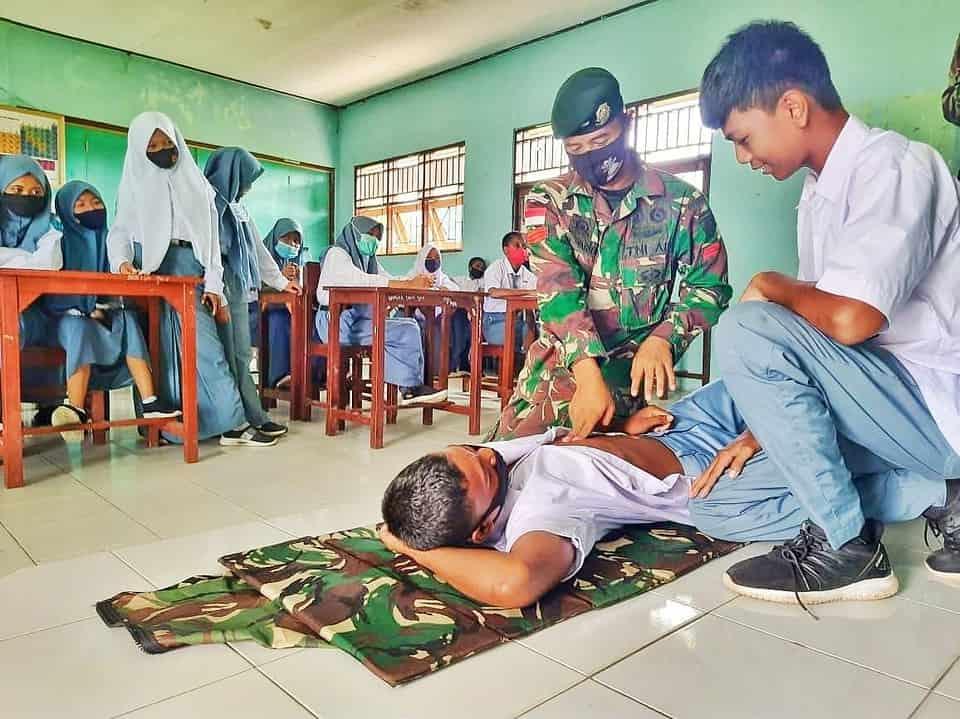 Penting, Satgas Yonif MR 413 Kostrad Ajarkan Materi RJP Kepada Siswa SMA Papua