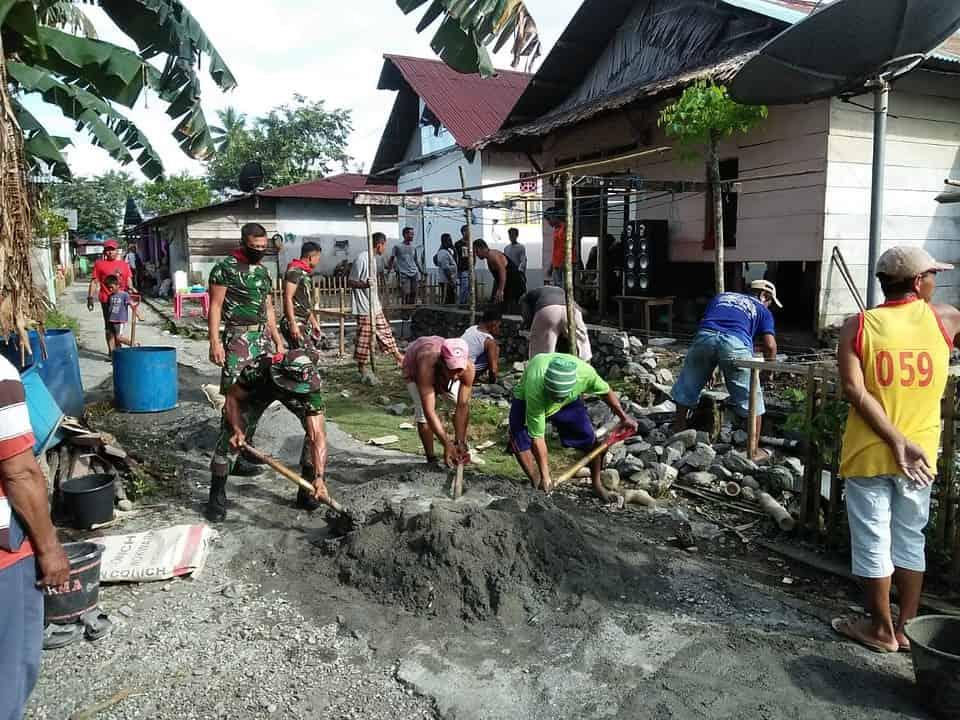 Bersama Warga Aira, Satgas Yonif RK 732 Bangun Pondasi Rumah La Oge