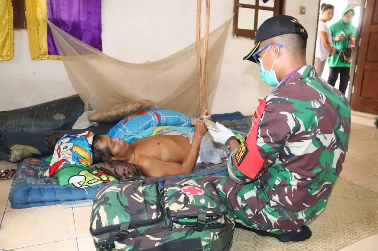 Optimalkan Pelayanan Kesehatan, Satgas Yonif 407/PK Door to Door ke Rumah Warga