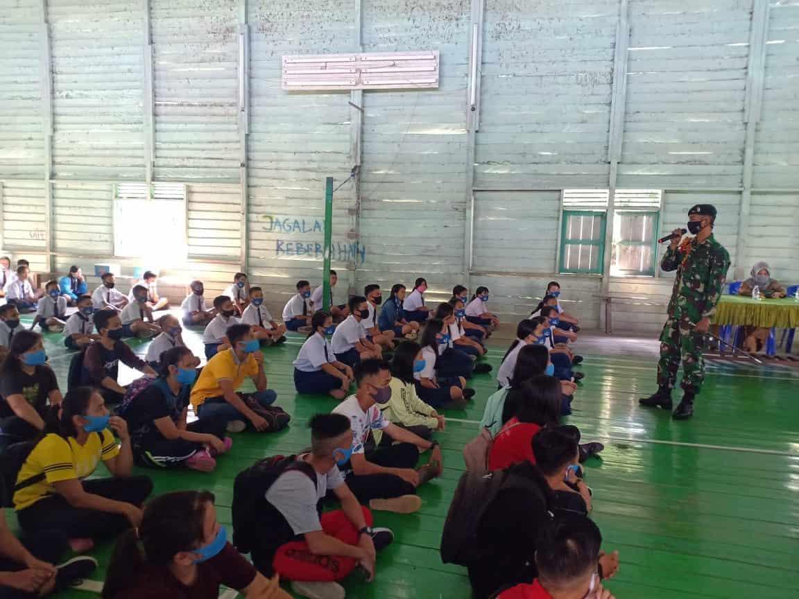 Sambangi SMP Long Punjungan, Satgas Pamtas Yonif R 200/BN Sosialisasikan Bahaya Narkoba
