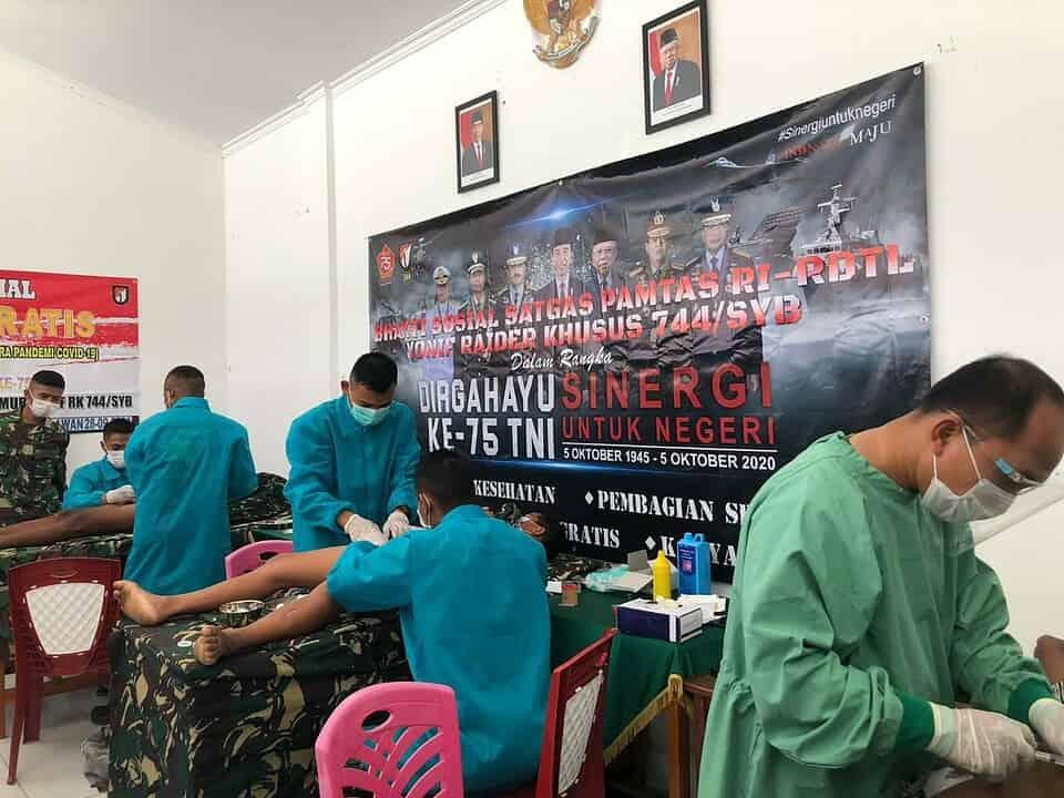 Sambut HUT Ke-75 TNI, Satgas Yonif RK 744/SYB Gelar Khitan Gratis