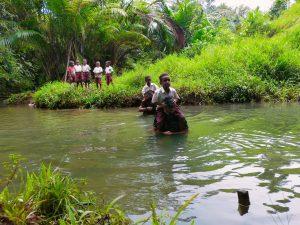 Tidak Ada Jembatan Penghubung, Personel Satgas Yonif Mekanis 516/CY Bantu Siswa Sekolah Seberangi Sungai