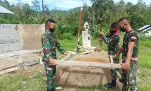Satgas Yonif RK 732 Bangun Monumen di Pemukiman Suku Pedalaman Mausu Ane