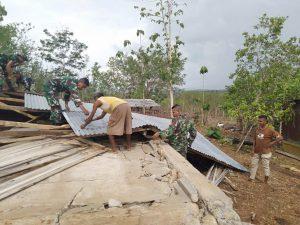 Personel Pos Salore Perbaiki Rumah Warga Diterjang Angin Puting Beliung