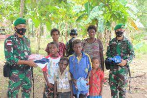 Pakaian Layak Pakai Satgas Yonif 125 Untuk Anak-Anak Kampung Kondo