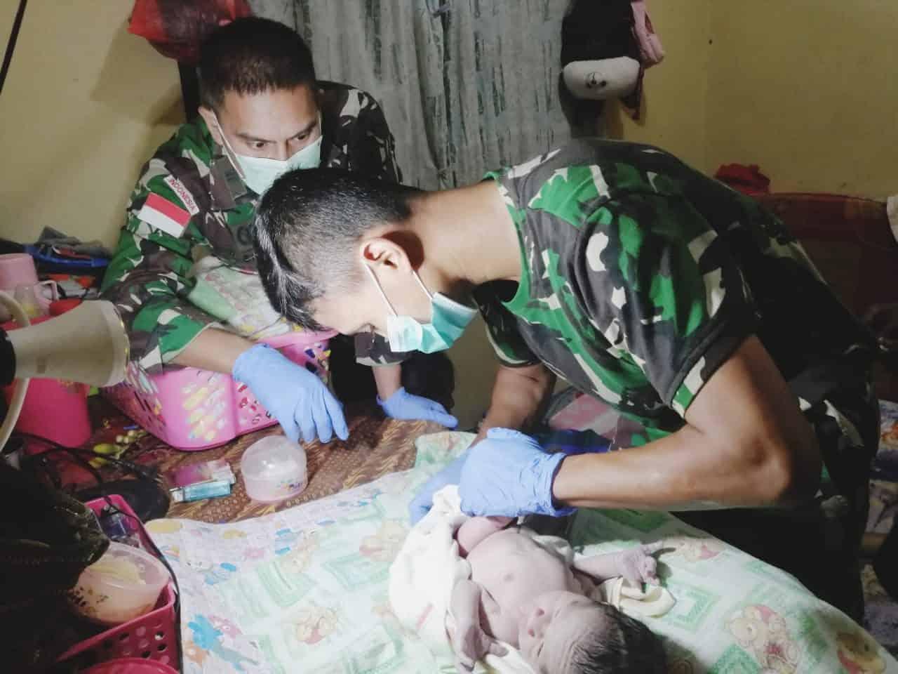 Bantu Proses Persalinan Darurat di Papua, Satgas Yonif MR 413 Sematkan Nama Bremoro Untuk Putra Demeterius Aom