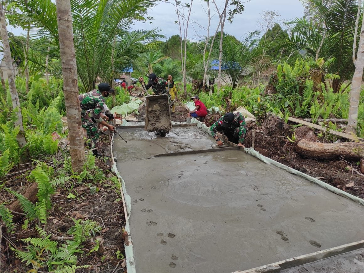 Personel Satgas Pamtas Yonif 642/Kps Bersama Warga Perbaiki Jalan Setapak