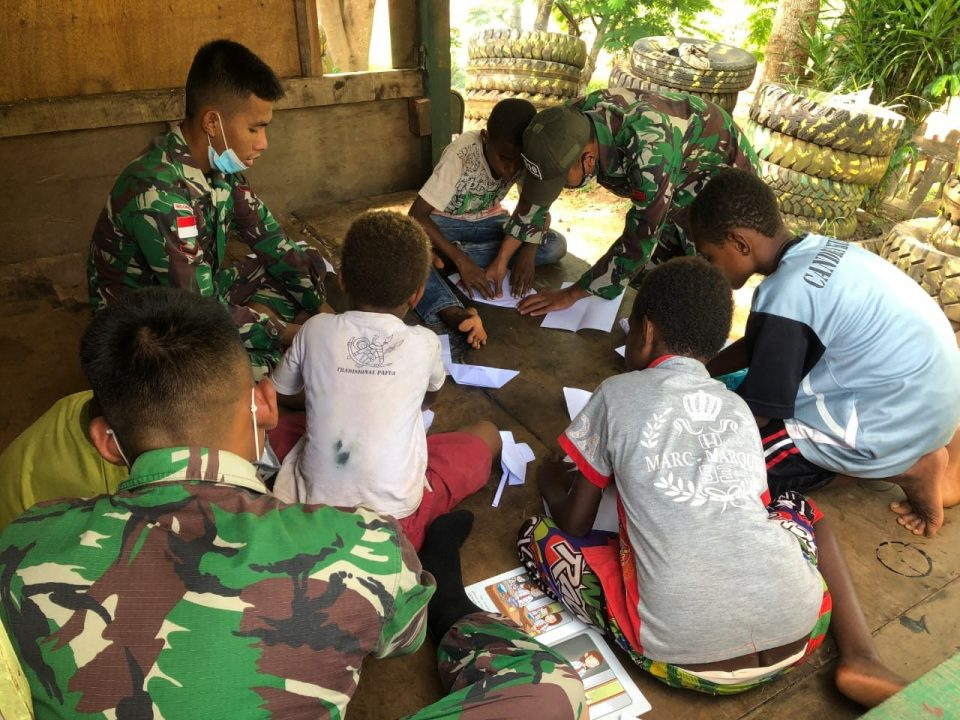 Satgas Yonif Mekanis 516/CY Ajarkan Seni Origami pada Anak-Anak di Perbatasan Papua