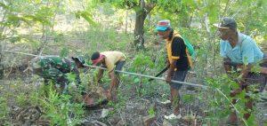 Bersama Warga Asumanu, Satgas Yonif RK 744 Perbaiki Bak Penampungan dan Pipa Saluran Air