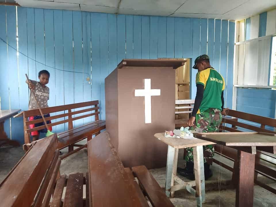 Bukti Kepedulian, Satgas Yonif MR 413 Kostrad Bantu Warga Perbaiki Gereja