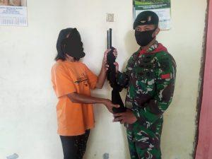 Warga Maluku Kembali Serahkan 2 Senpi dan Munisi kepada Satgas Yonif RK 732/Banau