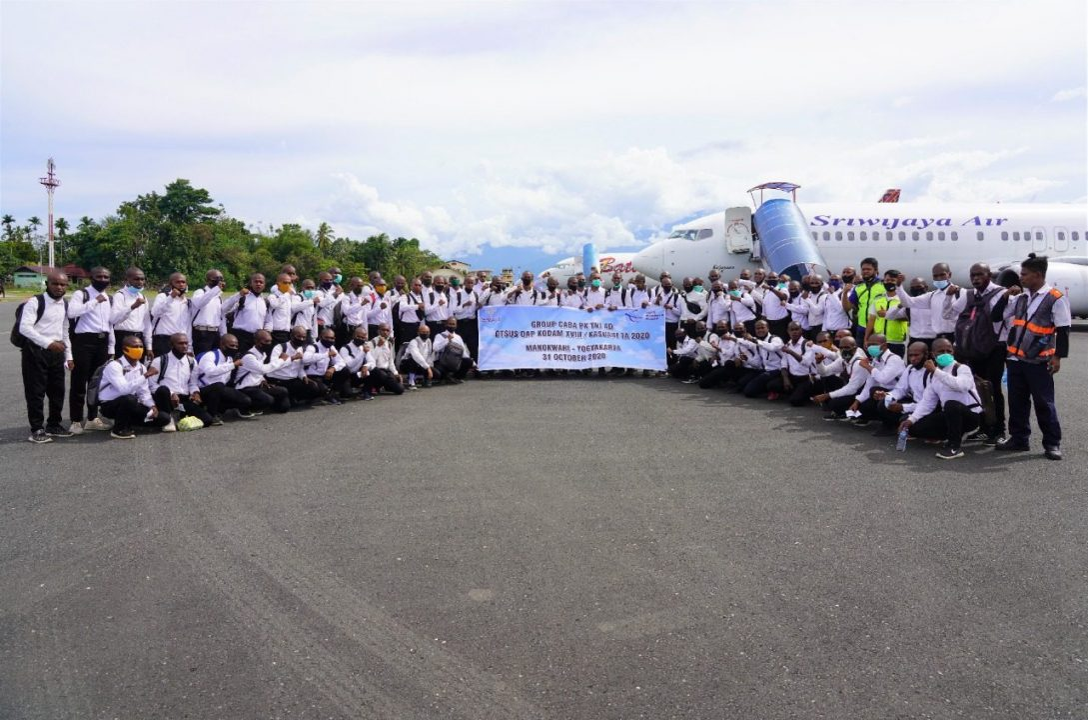 Calon Siswa Caba PK Otsus OAP Pria Kodam XVIII/Kasuari 2020 Diberangkatkan Menuju Rindam di Jawa