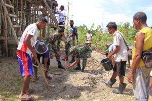Sinergitas Satgas Yonif RK 744 Bersama Warga Laksanakan Pengecoran Kapel St. Kosmas