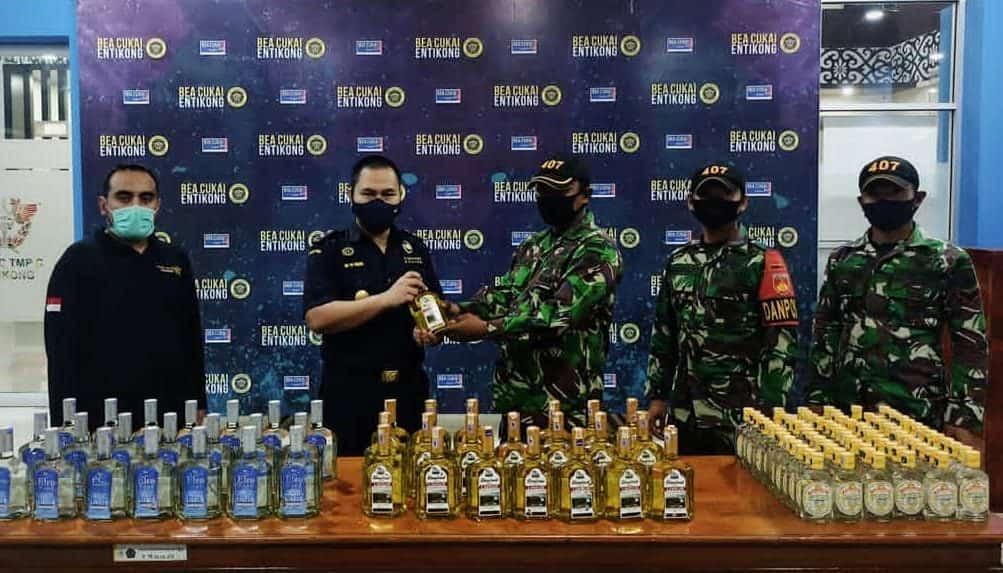 Satgas Yonif 407 Serahkan Minuman Beralkohol Selundupan Ke Bea Cukai Entikong