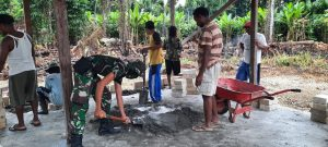 Satgas Yonif Raider 100/PS Bantu Proses Pembangunan Balai Desa Kampung Para Para