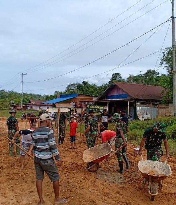 Satgas Pamtas Yonif Mekanis 516/CY Gotong Royong Perbaiki Jalan Kampung di Perbatasan RI-PNG