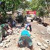 Gotong-Royong Satgas Yonif RK 744 Bersama Warga Nananoe Perbaiki Jalan Rusak
