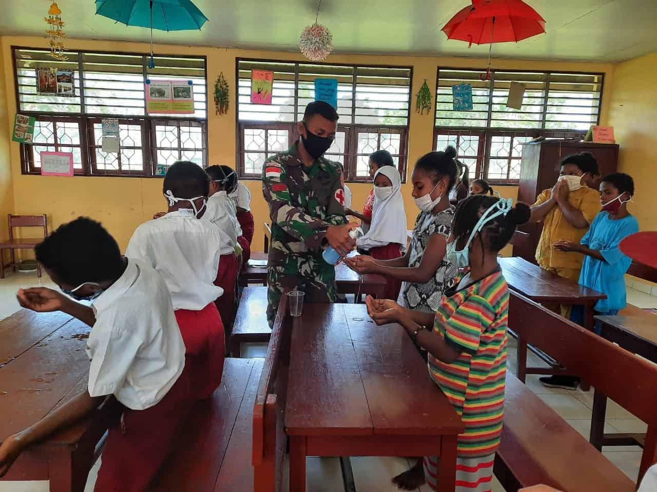 Satgas Yonif MR 413 Konsisten Sosialisasikan Pencegahan Covid-19 di Papua