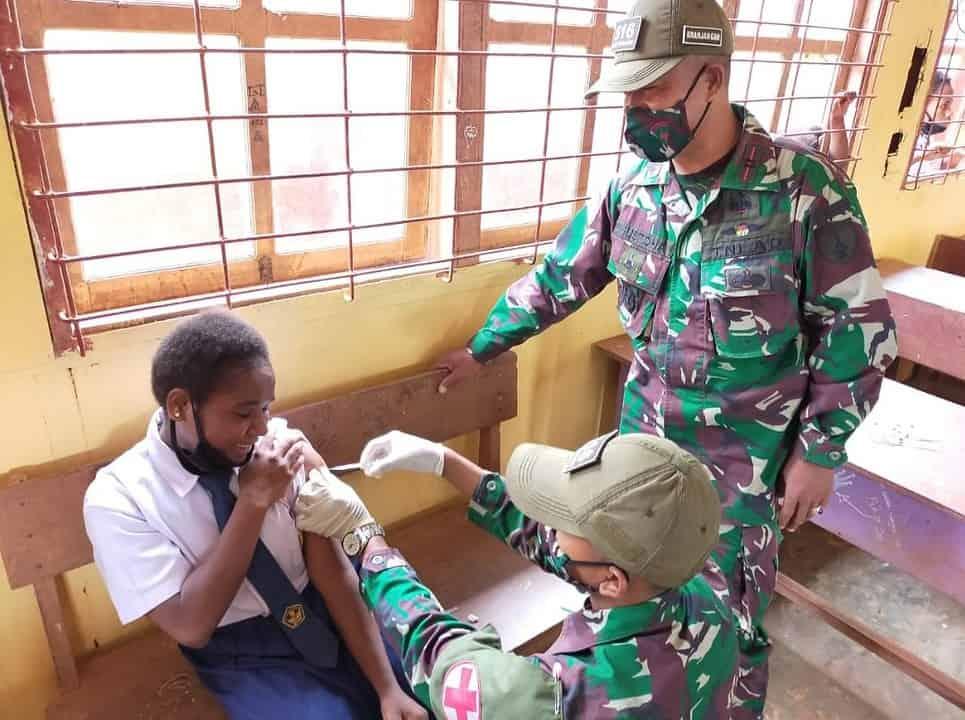 Satgas Pamtas RI-PNG Yonif Mekanis 516/CY Adakan Vaksinasi Siswa sekolah
