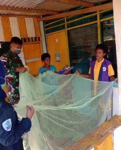 Satgas Pamtas Yonif 312/KH Sosialisasi Pencegahan Malaria dan Pembagian Kelambu Kepada Warga Di Perbatasan