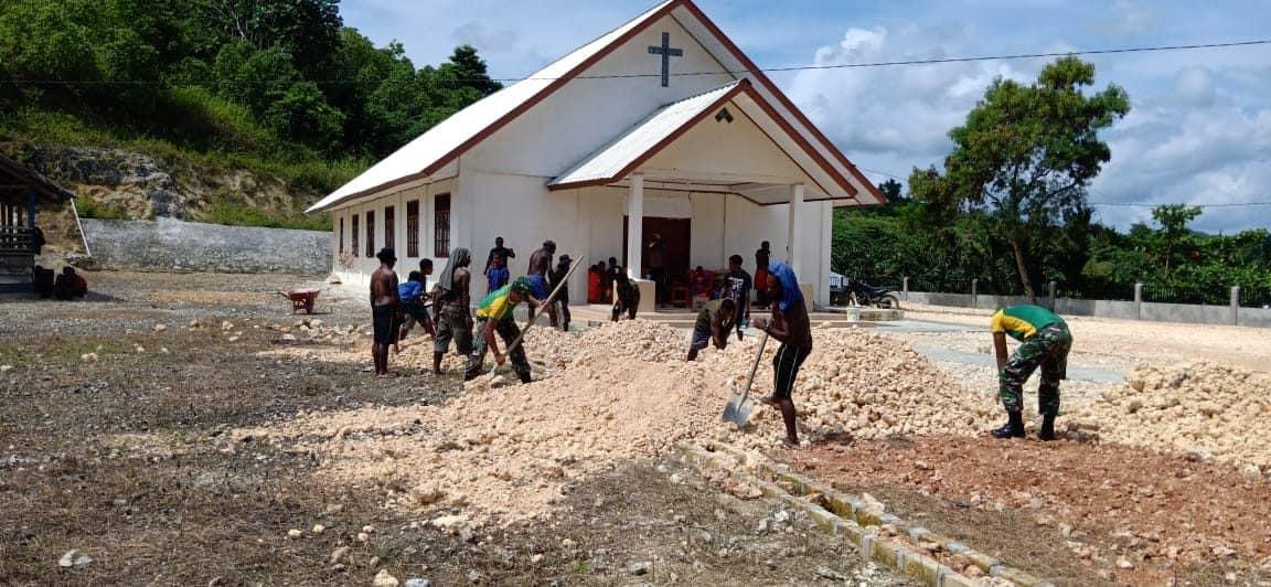 Bersama Masyarakat Gambut, Satgas Yonif MR 413 Gelar Karya Bakti di Gereja Perbatasan