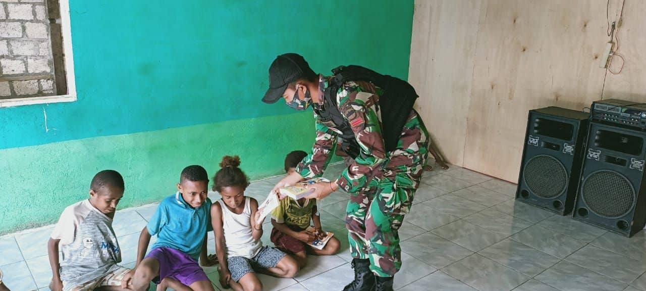 Satgas Yonif R 100/PS Bagikan Buku Tulis dan Perlengkapan Sekolah Untuk Anak Banda