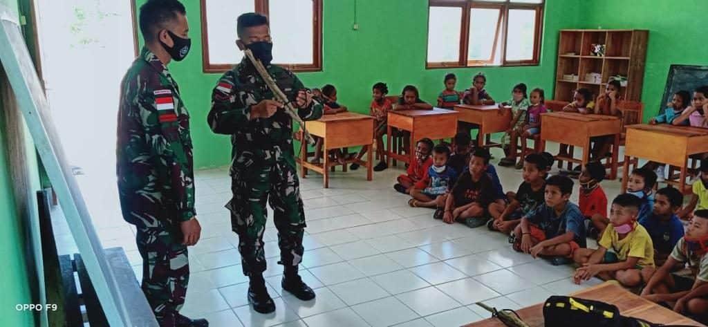 Kurang Tenaga Pendidik, Satgas Yonif RK 744/SYB Jadi Guru Bantu SD Inpres Lookeu