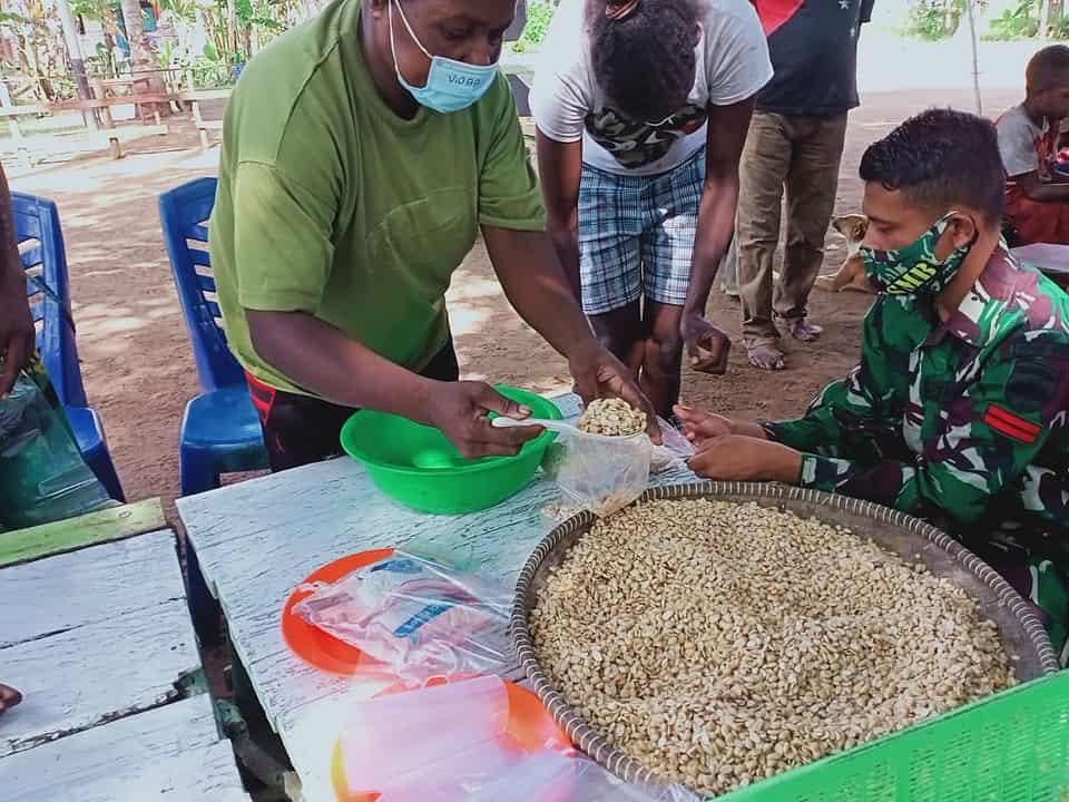 Di Kampung Kondo, Satgas Yonif 125/Si'mbisa Berikan Pelatihan Pembuatan Tempe