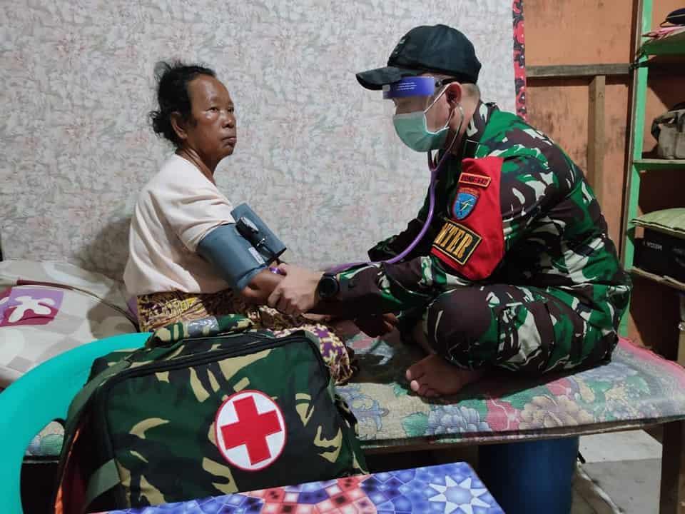 Satgas Yonif 642/Kps Berikan Layanan Kesehatan Warga Entikong