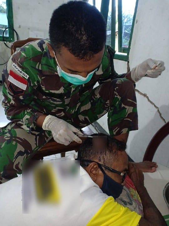 Alami Luka Robek Di kepala, Johari Diobati Tim Kesehatan Satgas Yonif 642/Kps