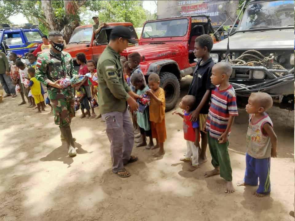 Satgas Yonif 125 Gandeng MCJ Bagikan Bingkisan dan Pakaian Bagi Anak-anak Kampung Kondo