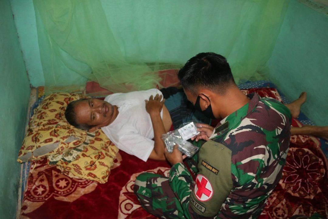 Sakit Sumsum Tulang Belakang, Abdul Wahab Diobati Satgas Yonif R 100/PS