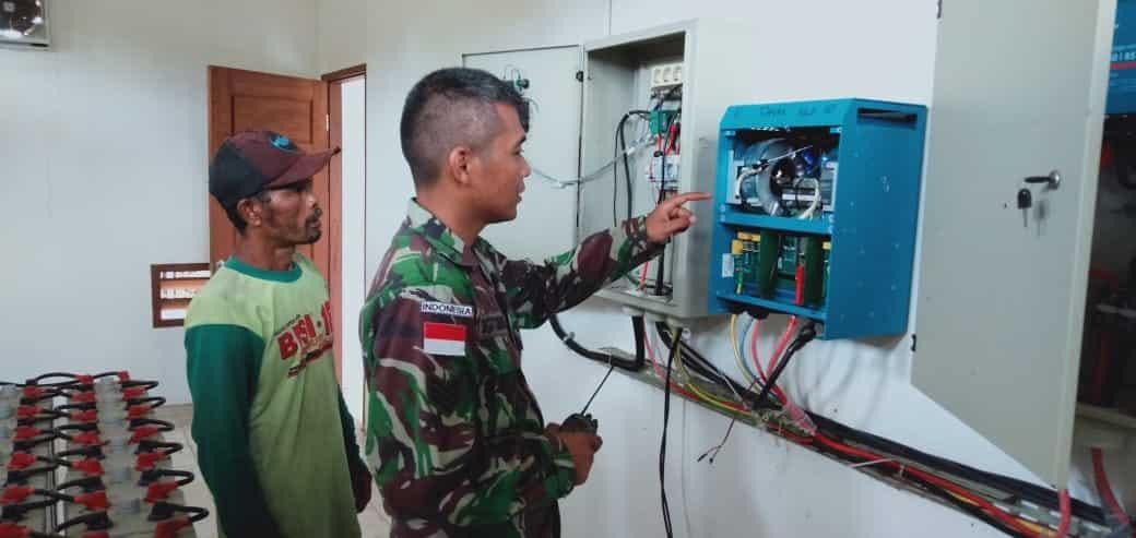 Terangi Kampung Dayak, Satgas Pamtas Yonif 623 Perbaiki Listrik Tenaga Surya